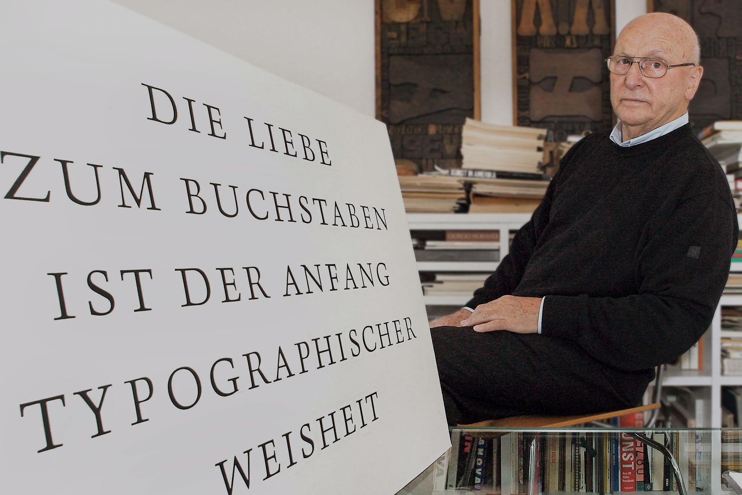 Der Schriftdesigner Günter Gerhard Lange (1921–2008) in seinem Atelier in der Neubeuerner Straße in München, 2003. Foto: imago/